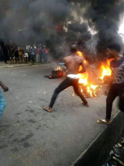 Mob sets suspected robber ablaze in Akwa Ibom for allegedly snatching phone(Graphic)